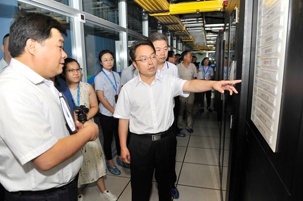 市委副书记、市长朱鹏在移动公司调研大数据平台运营推广情况。 记者 闫鑫 摄1.jpg