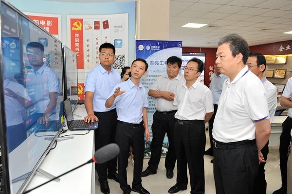 市委副书记、市长朱鹏在移动公司调研大数据平台运营推广情况。 记者 闫鑫 摄2.jpg